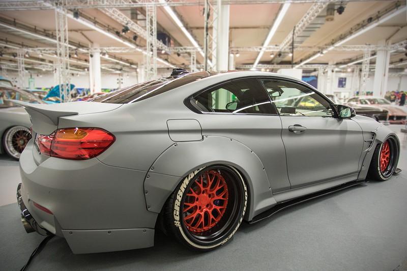 BMW M4 (Modell F82), beleuchteter 'AirRex' Airride Showausbau im Kofferraum