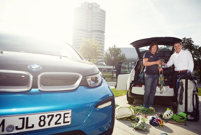 BMW i Leiter Dr. Robert Irlinger übergibt die Fahrzeugschlüssel für die 'Küste zu Küste' Expedition