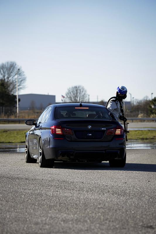 BMW M5 Betankung während der Fahrt, also während des Driftens.