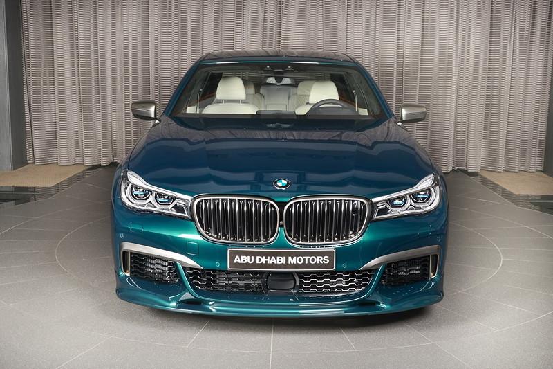 BMW M760Li xDrive M Performance mit Body Kit der Firma '3D Design', die u. a. den Frontspoiler stärker betont.