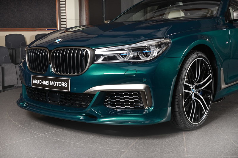 BMW M760Li xDrive M Performance, Frontspoiler mit Leiste, lackiert in Cerium grey.