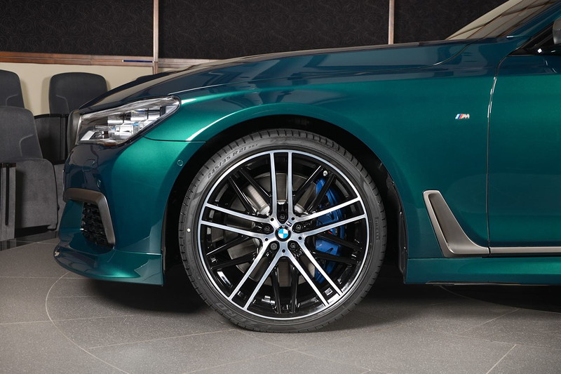 BMW M760Li xDrive M Performance auf 21 Zoll BMW M Style Bi-Color Felgen.