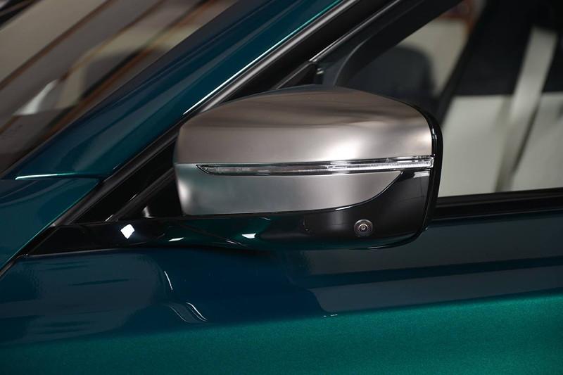 BMW M760Li xDrive M Performance, Außenspiegel lackiert in Cerium grey - ein Erkennungsmerkmal des M760Li M Performance.