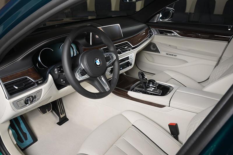 BMW M760Li xDrive M Performance, Innenraum in heller Voll-Lederausstattung mit dunklem Keder.
