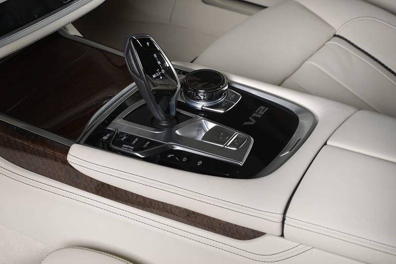 BMW M760Li xDrive M Performance, Mittelkonsole mit Automatikwählhebel und iDrive Touch Controller.
