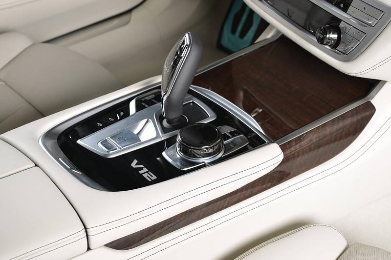 BMW M760Li xDrive M Performance, Mittelkonsole mit V12 Schriftzug.