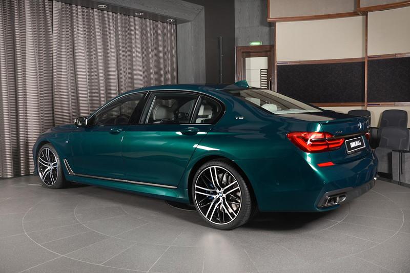 BMW M760Li xDrive M Performance in BMW Sonderfarbe Boston grün metallic.
