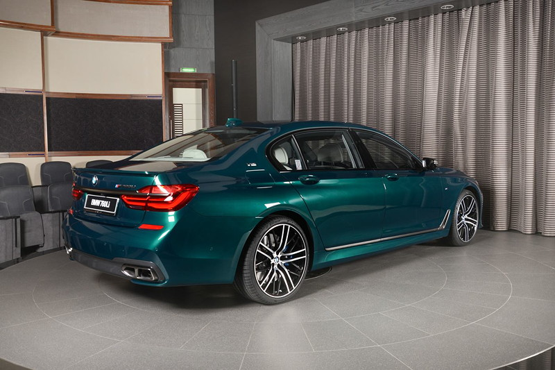 BMW M760Li xDrive M Performance, im Showroom von BMW Abu Dhabi.
