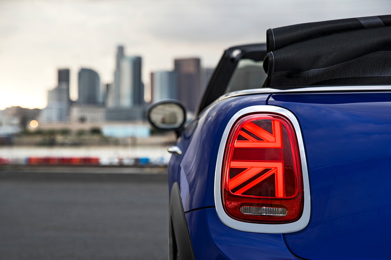 MINI Cooper S Cabrio (Facelift 2018). Very british: Heckleuchten im Union-Jack-Design.