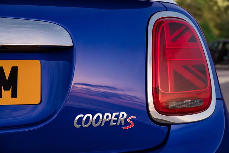 MINI Cooper S Cabrio (Facelift 2018), Typbezeichnung auf der Heckklappe.