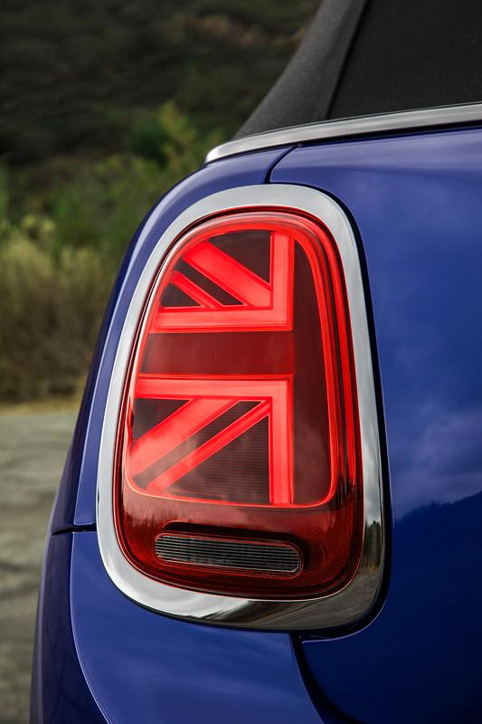 MINI Cooper S Cabrio (Facelift 2018). Very british: Heckleuchten im Union-Jack-Design.