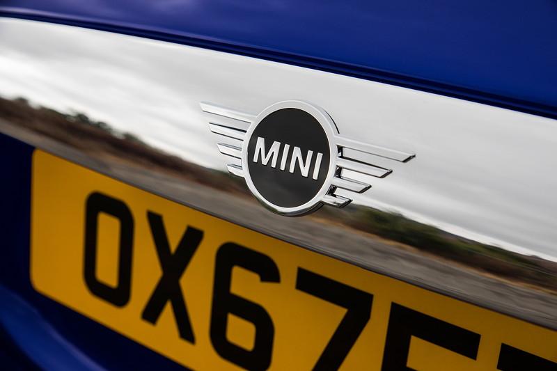 MINI Cooper S Cabrio (Facelift 2018). Neues MINI Logo: auf das Wesentliche konzentriert.