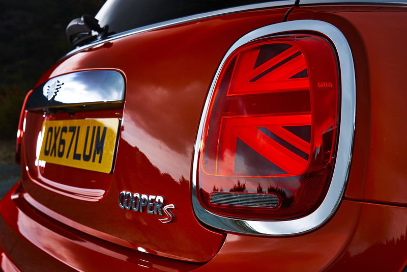 MINI Cooper S Hatch (Facelift 2018). Very british: Heckleuchten im Union-Jack-Design.