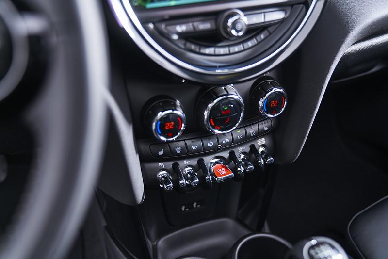 MINI Cooper S Hatch (Facelift 2018), Mittelkonsole vorne.