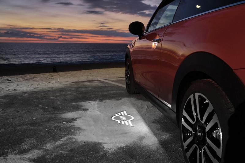 MINI Cooper S Hatch (Facelift 2018), optionaler MINI Logo Projektor im Aussenspiegel.