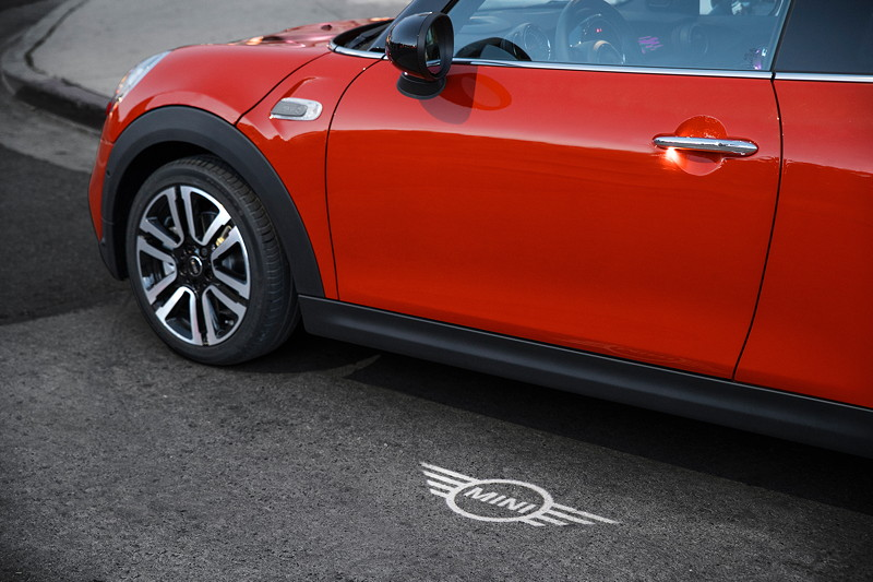 MINI Cooper S Hatch (Facelift 2018). Optionale MINI Logo Projektion im Aussenspiegel.