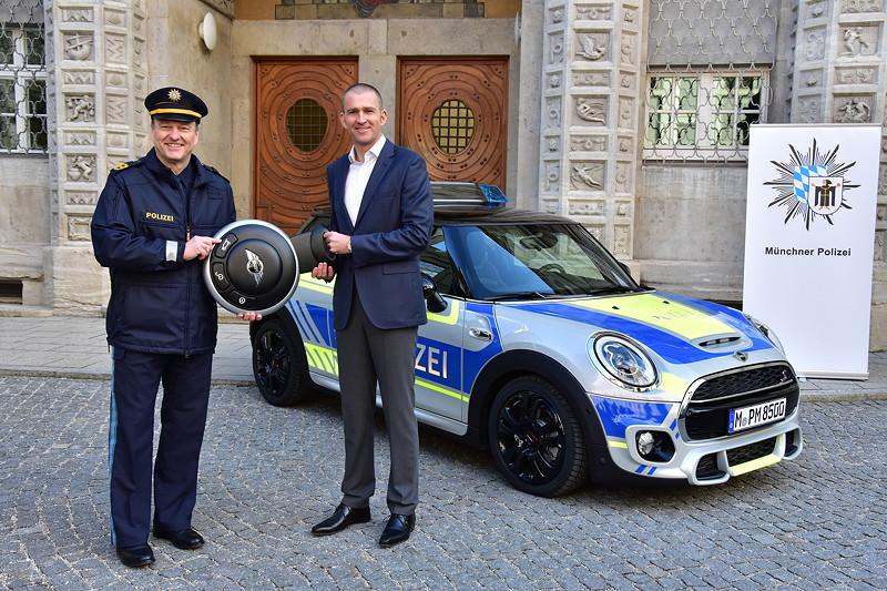 Christian Ach, Leiter MINI Deutschland, präsentiert zusammen mit Polizeipräsident Hubertus Andrä den neuen Polizei MINI der Polizei München.