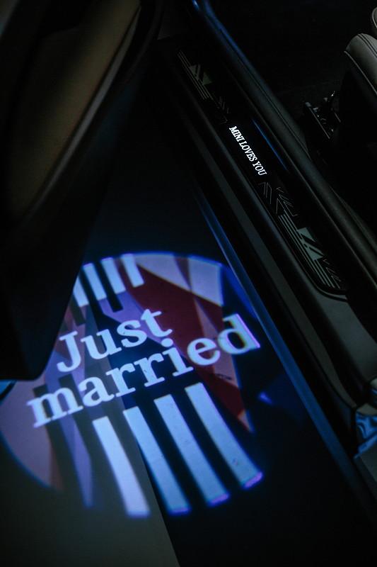 MINI Design Einzelstück zur royalen Hochzeit. 'Just married' Schriftzug.