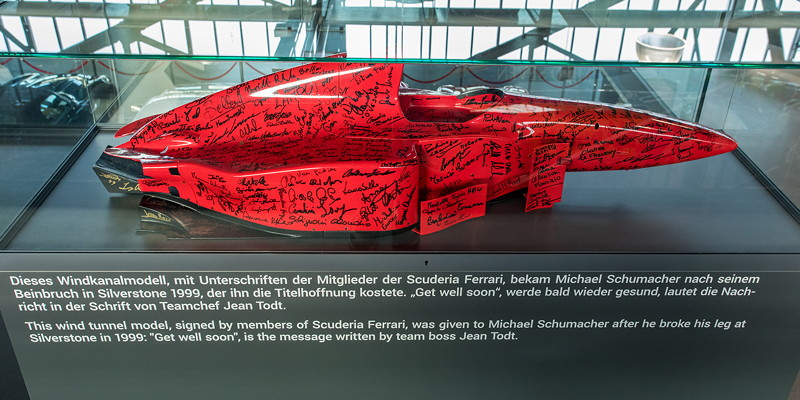 MotorWorld Köln-Rheinland, Michael Schumacher Private Collection: Windkanalmodell mit Unterschriften der Scuderia Ferrari bekam Schumacher nach seinem Beinbruch in Silverstone 1999.