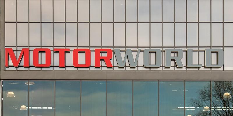MotorWorld Köln-Rheinland, Glas-Fassade mit 'MotorWorld' Schriftzug
