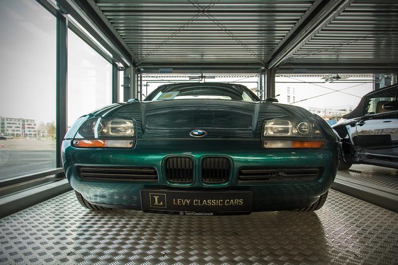 MotorWorld Köln-Rheinland: Kunden können Glasboxen mieten, um ihre Autos publikumswirksam abzustellen. Hier ein BMW Z1.