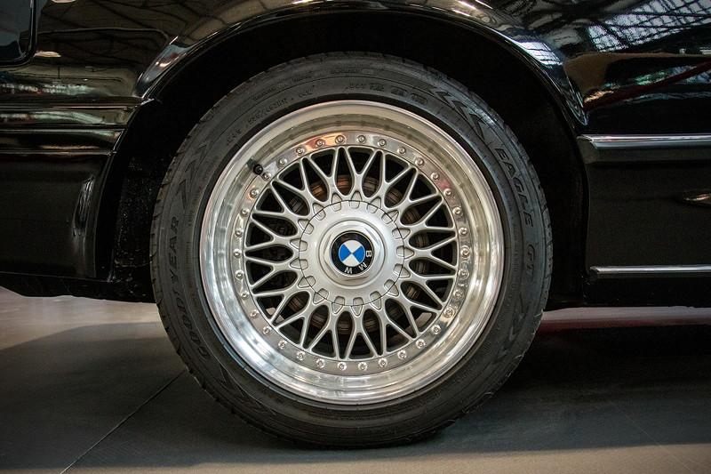 MotorWorld Köln-Rheinland: BMW M 635 CSi (E24), orig. BMW-Alufelge 'Keuzspeiche'