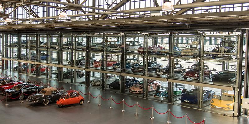 MotorWorld Köln-Rheinland: Glas-Boxen für private Kunden - mit teils sehr interessanten Fahrzeugen.