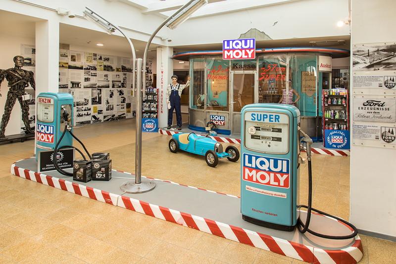 MotorWorld Köln-Rheinland: zwischen alter Wartehalle und Steakhaus gibt es noch Platz u. a. für diese alte Liqui Moly Tankstelle.