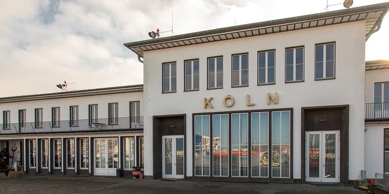 Einst die Wartehalle des Flughafens Butzweilerhof. Vor dessen Parkplatz hat in diesem Jahr an Pfingsten das 7-forum.com Jahrestreffen stattgefunden.