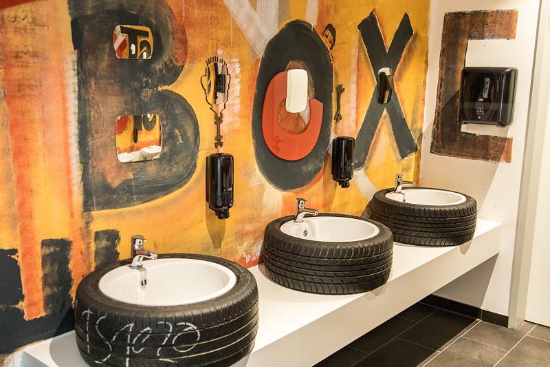 MotorWorld Köln-Rheinland: Auch auf dem WC ist das Design sportlich.