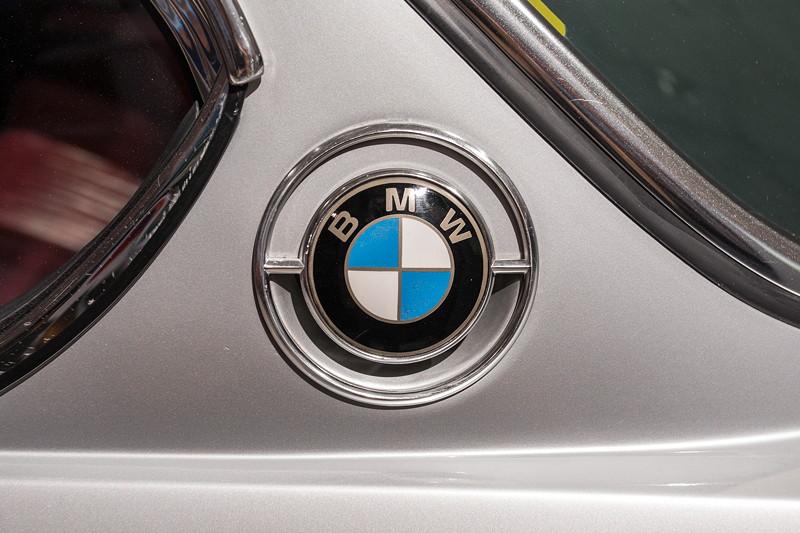 BMW 3.0 CSi (E9), BMW-Emblem auf der C-Säule