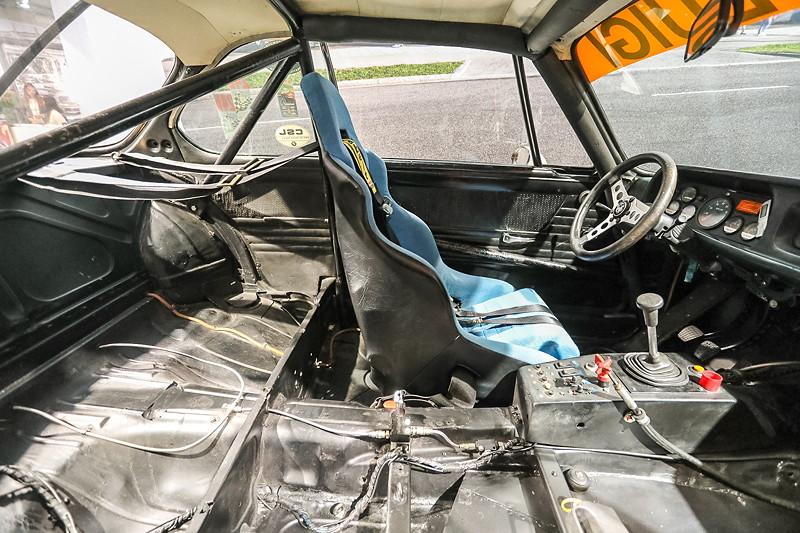 BMW 3.0 CSL Rennsportcoupé, Innenraum mit Käfig und Schalensitz