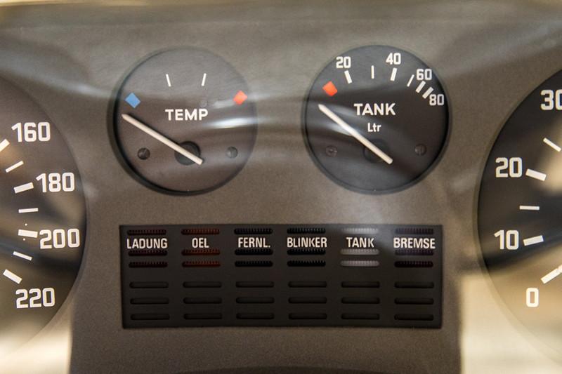 BMW 3.0 L (E3), Temperatur- und Tankanzeige zwischen Tachometer und Drehzahlmesser