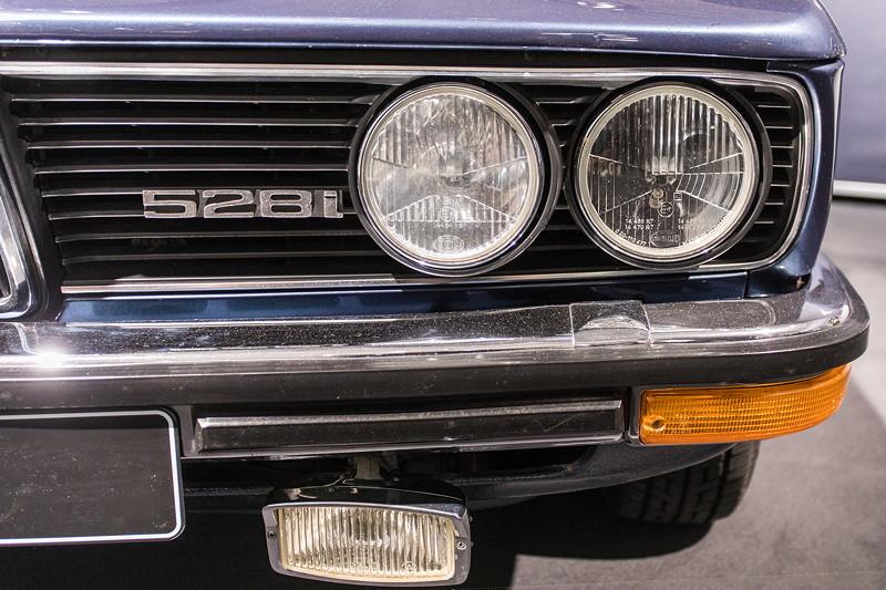 BMW 528i (E12), Typ-Bezeichnung im Frontgrill