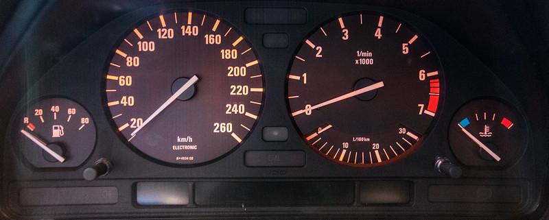 BMW 535i (E34), Tacho-Instrumente