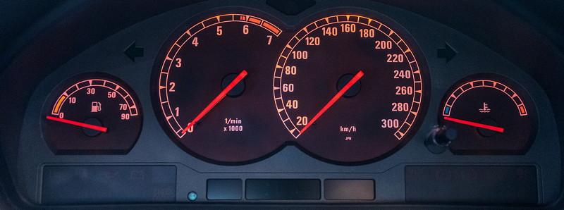 BMW 840Ci (E31), Tacho-Instrumente bis 300 km/h