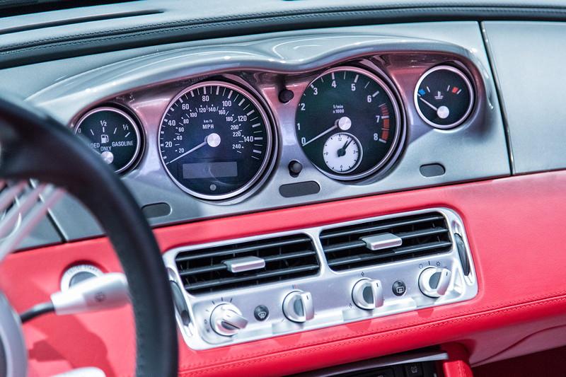 BMW Z8, mittig liegende Tacho-Instrumente