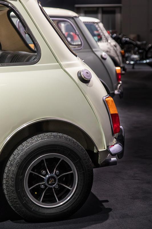 Austin Mini Cooper S 1275, ausgestellt neben zwei weiteren classic Minis auf der Techno Classica 2018.