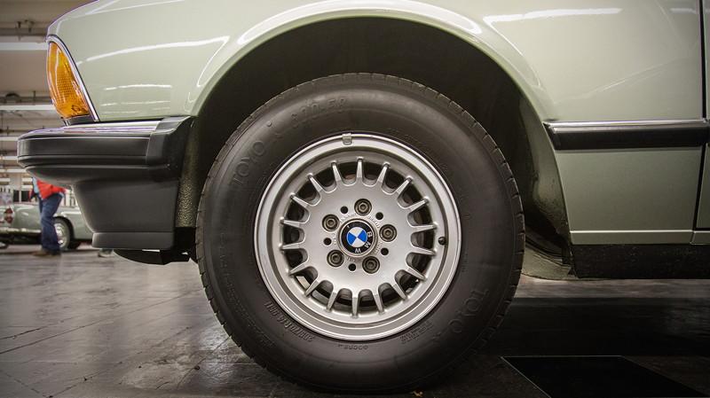 BMW 732i (E23) in Opalgrün Metallic, Rad