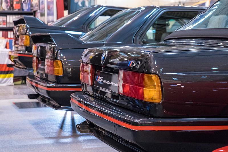 BMW M3 (E30) Reihe in schwarz, vorne als Cabrio, auf dem MS Fahrzeugtechnik Messestand,
