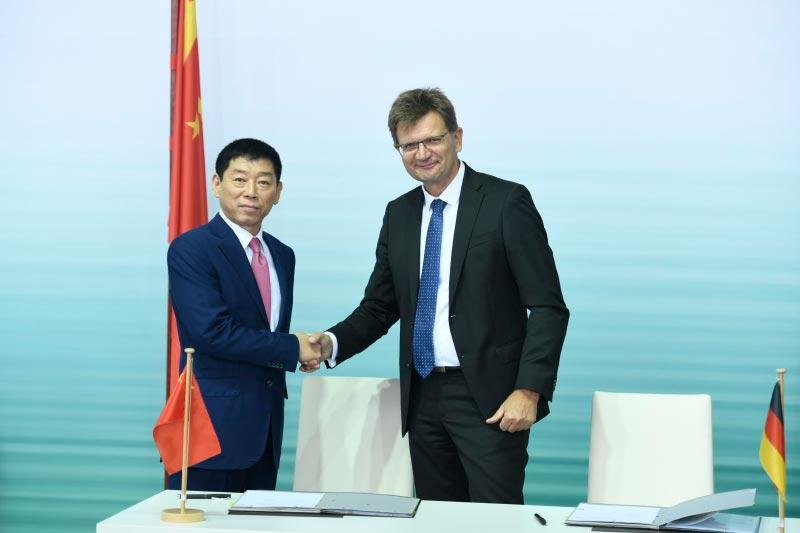 Wei Jianjun, Gründer und Chairman von Great Wall Motor, und Klaus Fröhlich, Mitglied des Vorstands der BMW AG, Entwicklung.