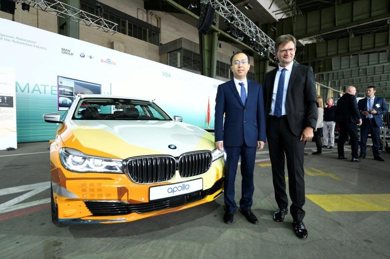 Zhenyu Li, Vizepräsident und General Manager der Baidu Intelligent Driving Group, und Klaus Fröhlich, Mitglied des Vorstands der BMW AG, Entwicklung.