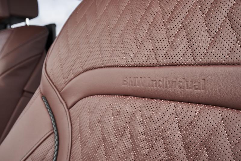 BMW 745Le xDrive, Individual Volllederausstattung 'Merino' Amarone, 'BMW Individual' Schriftzug im Sitz.