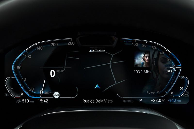 BMW 745Le xDrive, neues BMW Live Cockpit Professional, im rechten Feld können verschiedene Funktionen angezeigt werden, hier: Radio-Frequenz.