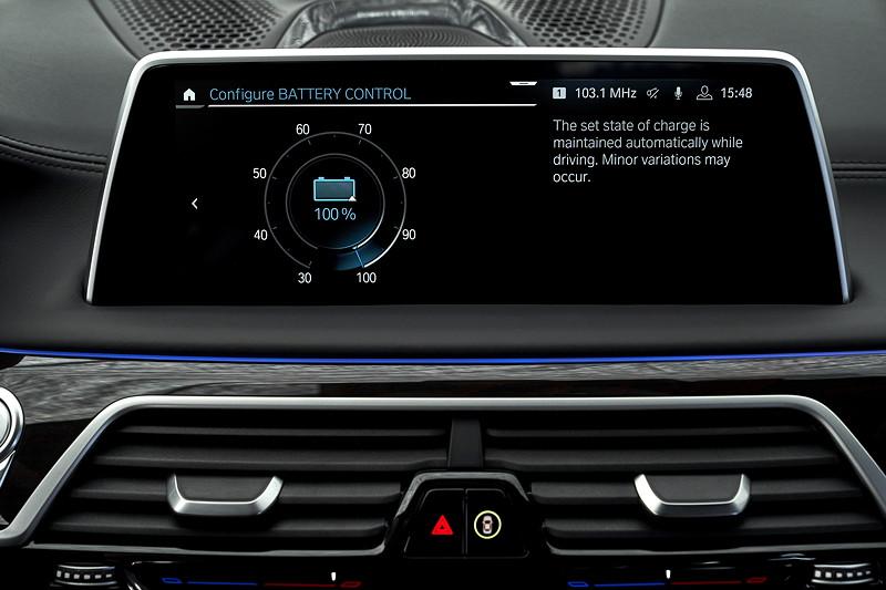 BMW 745Le xDrive, zentraler Bord-Bildschirm, Einstellungen im Battery Control Modus.
