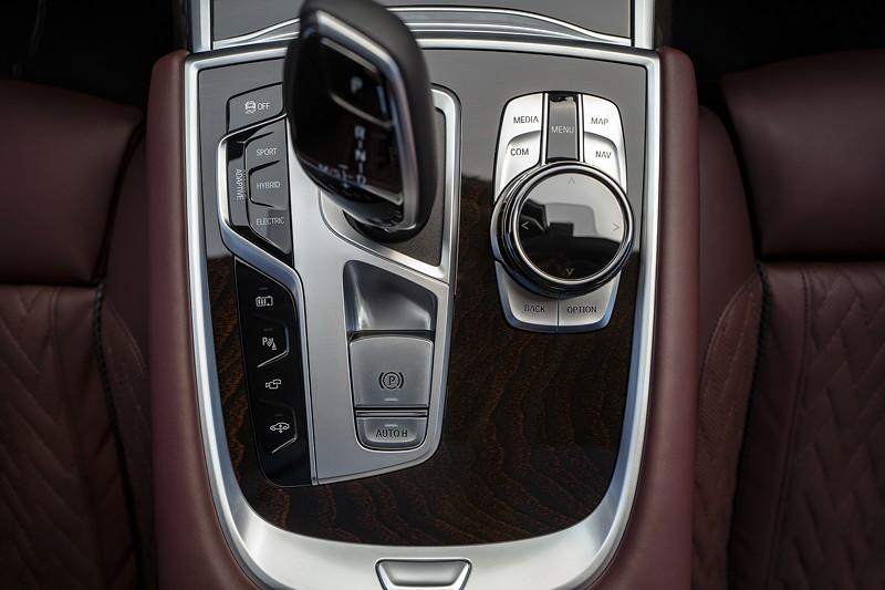 BMW 745Le xDrive, Mittelkonsole vorne, mit Schalthebel und iDrive Touch Controler.