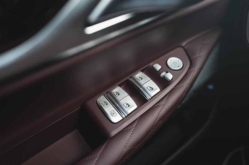 BMW 745Le xDrive, Tasten in der Fahrertür für Fensterheber, hintere Rollos und Spiegelverstellung.