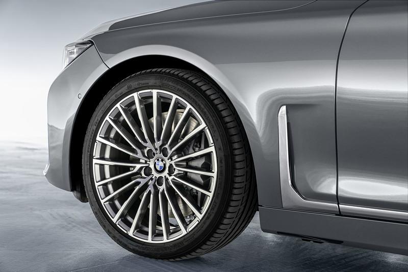 BMW 750Li xDrive (G12 LCI), mit nun senkrecht stehendem Airbreather vor dem vorderen Radhaus, Leichtmetallrad Styling 777