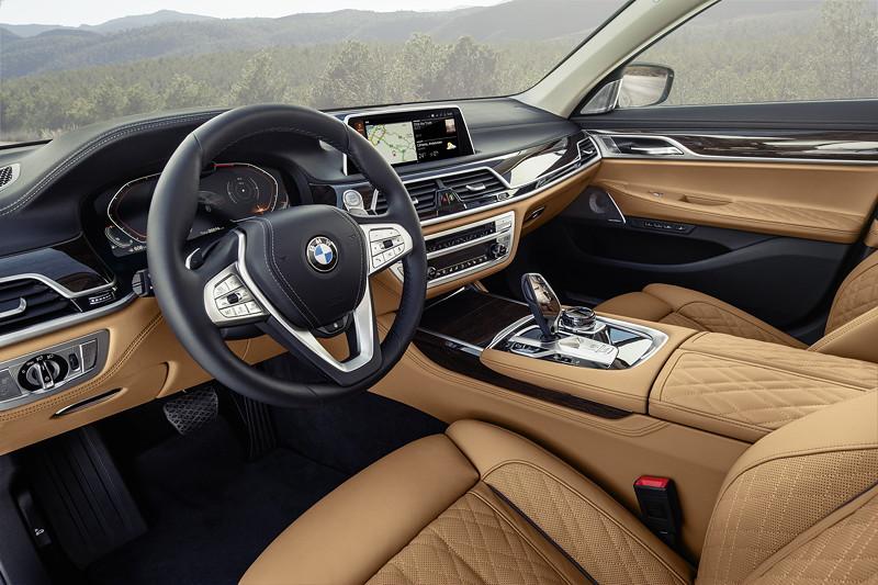 BMW 750Li xDrive (G12 LCI), Interieur vorne, Exklusivleder 'Nappa' mit erweiterten Umfängen / Steppungen in Cognac / Schwarz