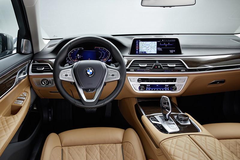 BMW 750Li xDrive (G12 LCI), Cockpit mit neuem Lenkrad